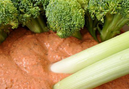 Здрав живот - Броколи и праз със суров сос от наху и зеленчуци