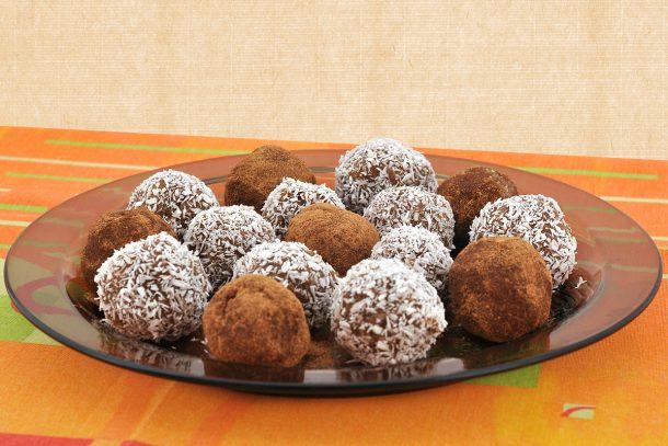 """Какво ядат суровоядците? - Здравословни бонбони """"Сладки усмивки"""" - смлени ядки: слънчоглед, бадеми, лешници и кашу; кокосови стърготини, канела, мед и сусамов тахан."""