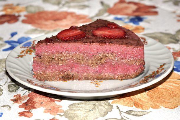 Какво ядат суровоядците? - Ягодова торта с блат от сурови ядки и крем от ягоди и кашу.