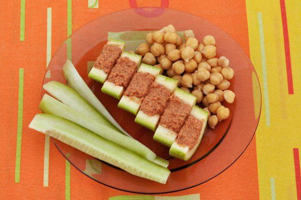 Какво ядат суровоядците? - Краставица, покълнал нахут и пълнена тиквичка със сос от домат, слънчоглед и ленено семе.