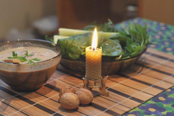 Какво ядат суровоядците? - Спанак, праз с яхния от покълнали семена, накиснати сушени зеленчуци, вода и сусамов тахан.