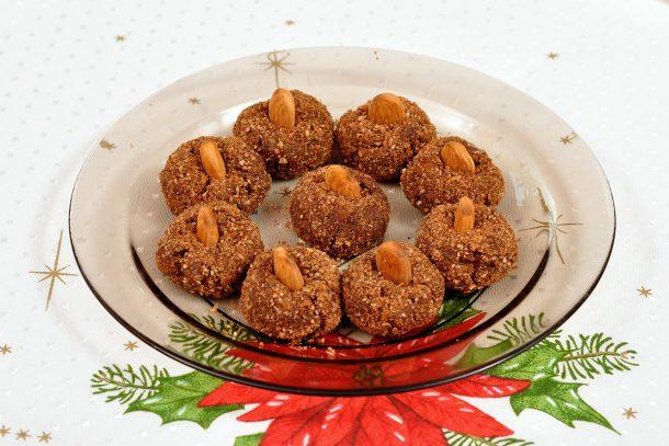 Какво ядат суровоядците? - Сурови бонбони с лимец, ядки, шипки, мед и канела.