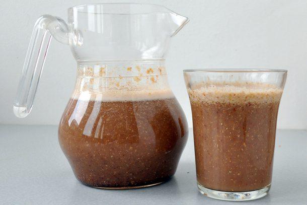 Какво ядат суровоядците? - Ленена напитка от смляно ленено семе, вода, банан, канела и мед.
