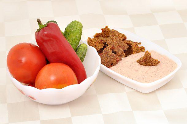 Какво ядат суровоядците? - Зеленчуци със суров пастет от покълнали семена и крекери.