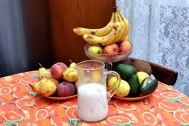 Какво ядат суровоядците? - Плодове и бадемово мляко.