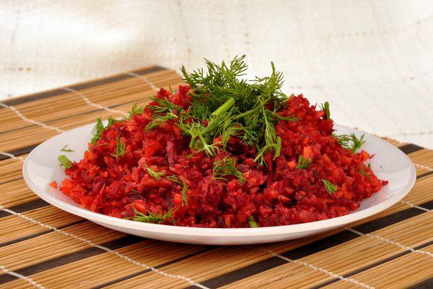 Какво ядат суровоядците? - Салата от моркови, червено цвекло и копър.