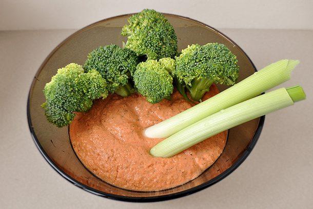 Какво ядат суровоядците? - Броколи и праз със суров сос от ядки, чушки, морков и домат.