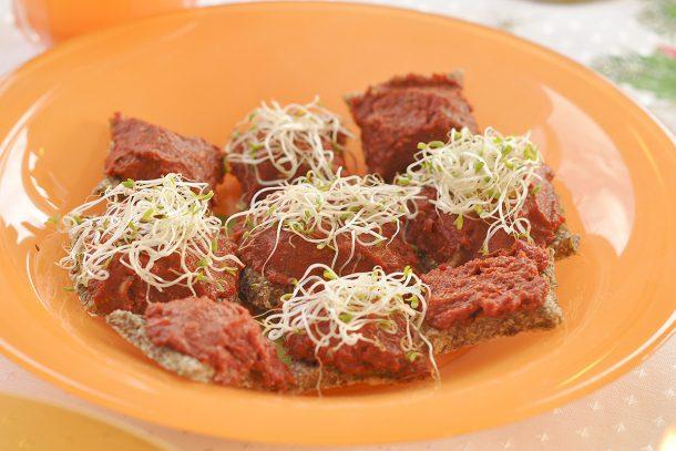 Какво ядат суровоядците? - Крекери със сурова лютеница от сушени чушки и домати с кълнове от люцерна.