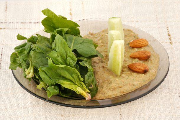 Какво ядат суровоядците? - Спанак със сос от покълнали ядки, зеленчуци и подправки.