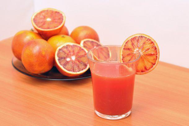 Какво ядат суровоядците? - Сок от червени портокали.