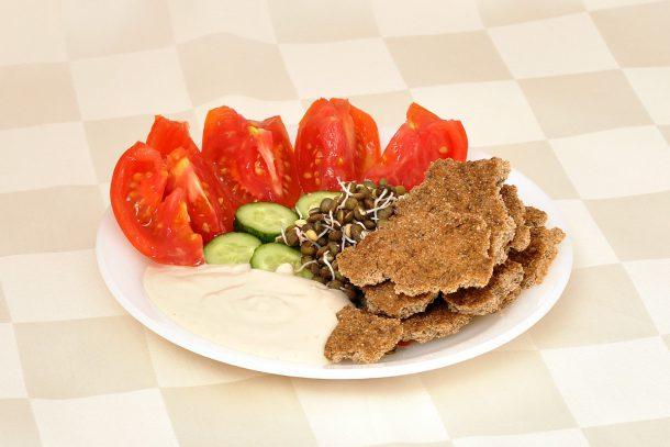 Какво ядат суровоядците? -Зеленчуци; покълнала леща; сос от сусамов тахан и лимон; крекери от амарант и лук с чубрица.