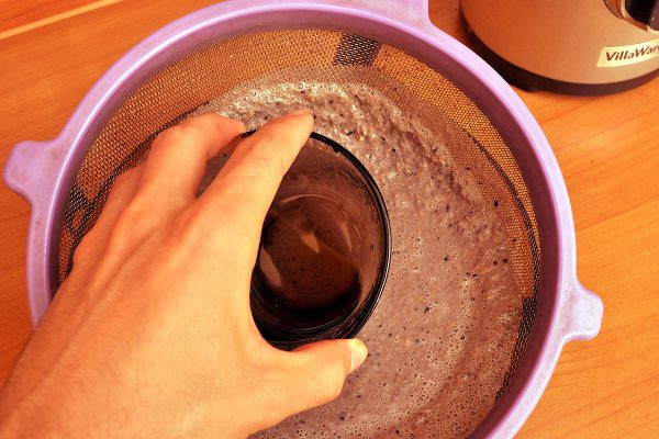 В голяма цедка изливаме течността и с една купичка отгоре, с въртеливи движения, прецеждаме всичко. Накрая остава малко суха пулпа, която изхвърляме