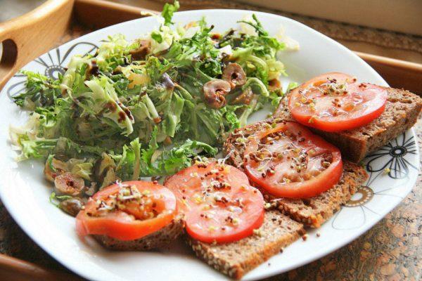 salata-ot-frize-s-balsamiko-i-maslini