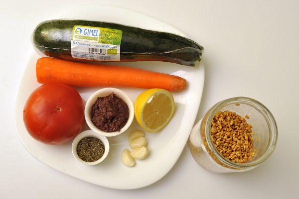 Продукти за зеленчукови спагети със сос от лимец и домати