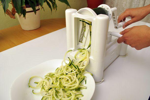 Приготвяне на зеленчукови спагети от тиквичка