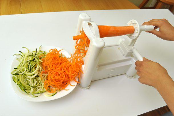 Приготвяне на зеленчукови спагети от морков