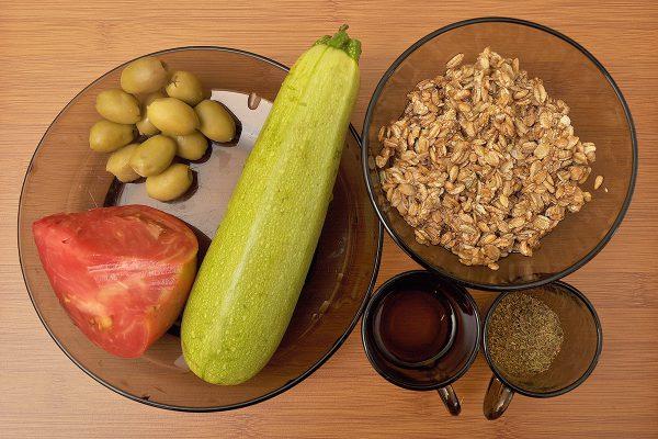 Продукти за рецепта за зеленчукови спагети със сос от ръж, домат и маслини