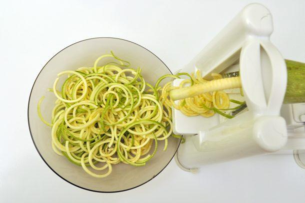 Приготвяне на зеленчукови спагети със спиралайзер