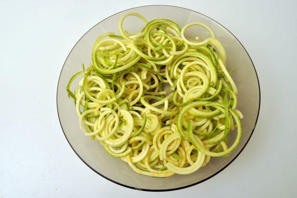 Приготвяне на зеленчуков спагети със спиралайзер