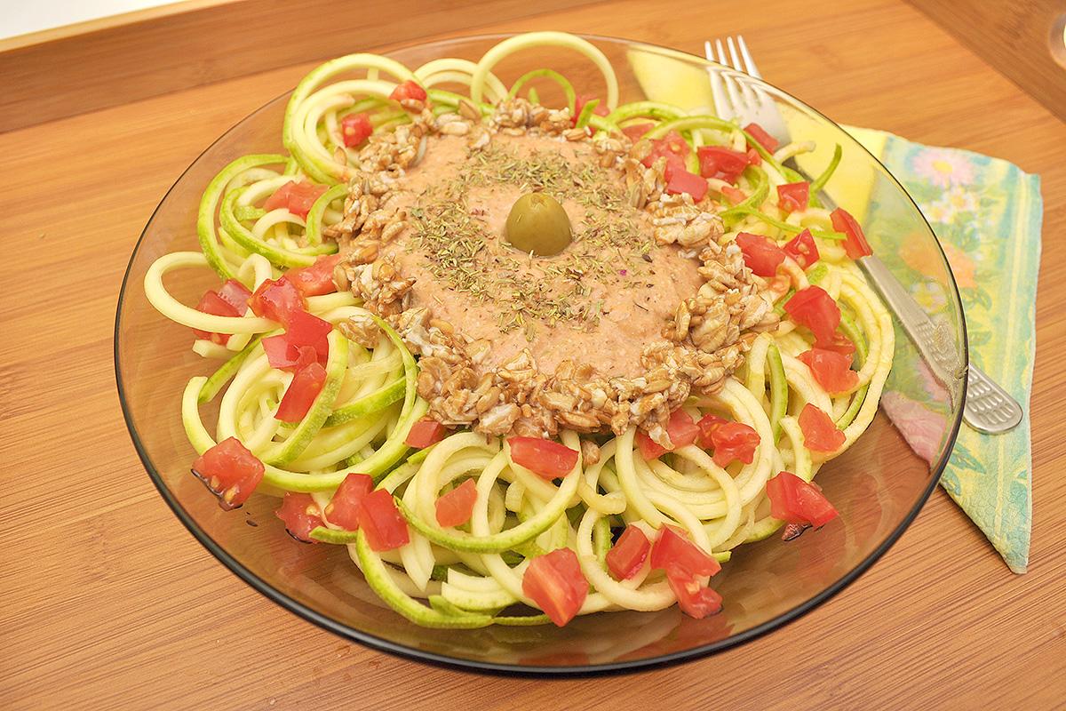 Рецепта за зеленчукови спагети със сос от ръж, домат и маслини