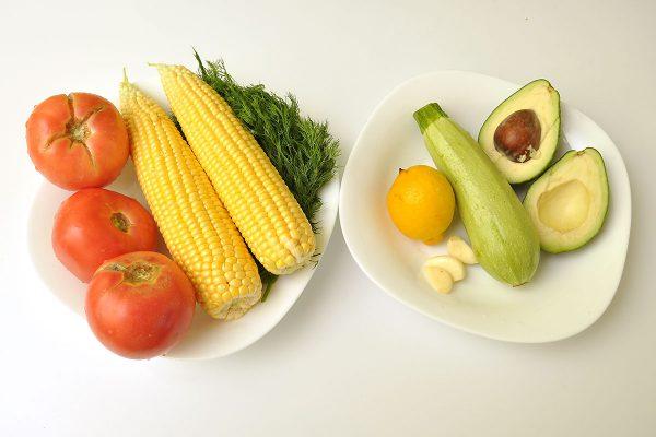 Продукти за шарена салата с майонеза от тиквичка, авокадо и лимон