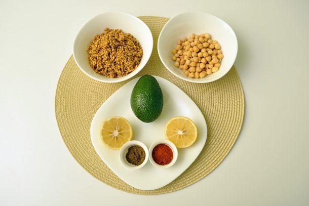 Хумус с лимец, нахут и авокадо