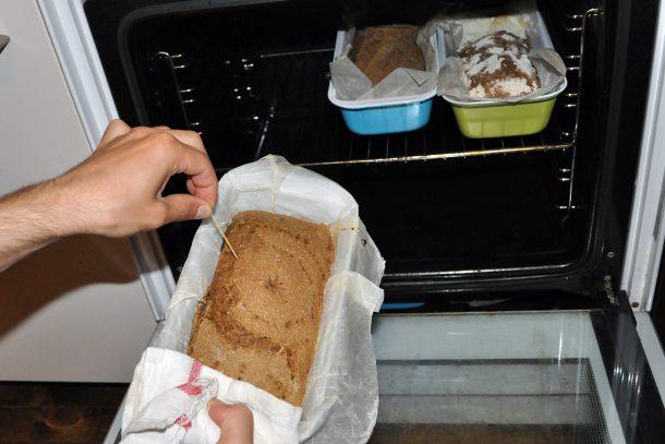 Проверяваме дали е изпечен добре нашия здравословен хляб от лимец