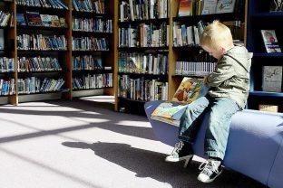 дете в библиотека