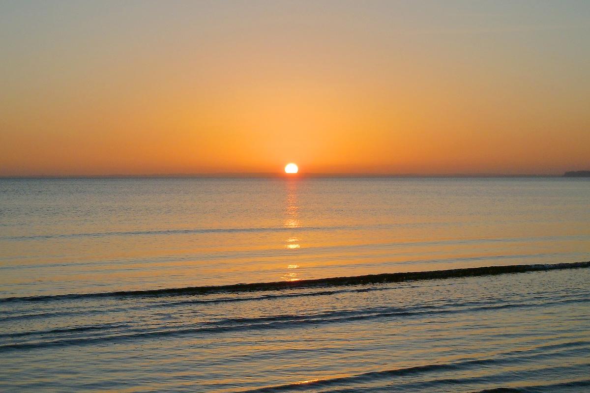 изгрев на Слънцето от морето