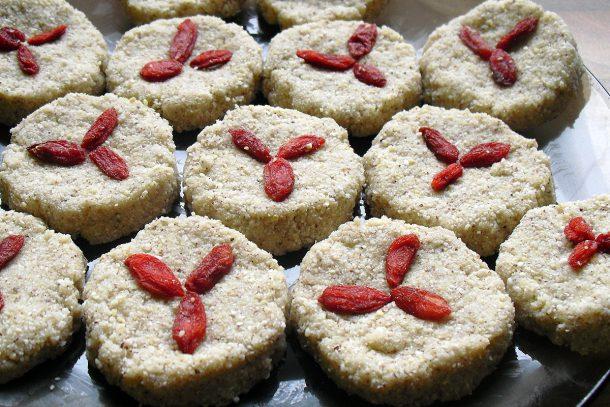 Сурови кокосови бисквитки с годжи бери