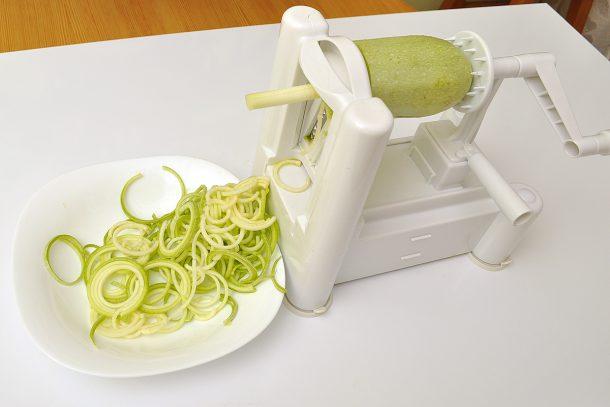 Използваме уред за правене на зеленчукови спагети - спиралайзер