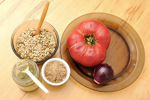 Здравословна яхния с покълнала елда, домати и лук
