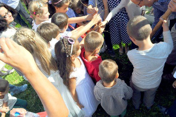 Всички деца за едно дръвче и както дръвчето расте, така и знанията да порастват