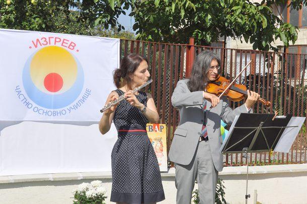 Музика от учителите -  Алекс и Снежи - за да ни върви по ноти