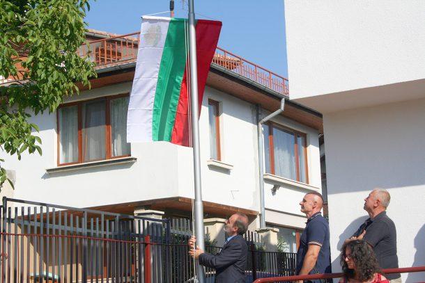 Издигане на знамето на първия учебен ден