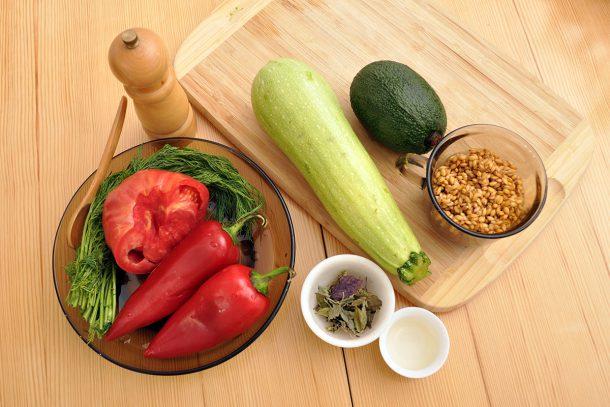 Спагети от тиквичка с вкусен сос от лимец, авокадо и зеленчуци
