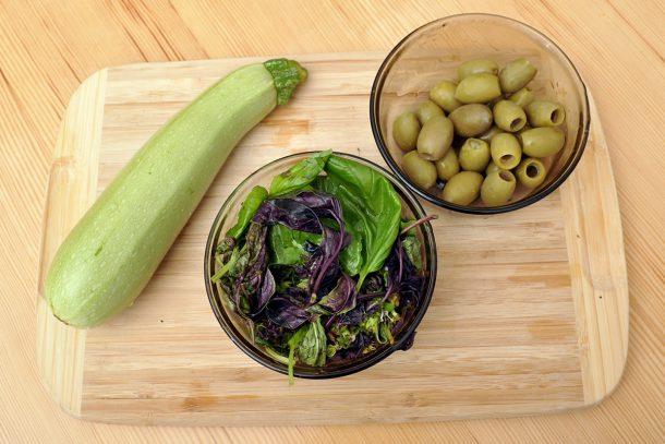 Песто от босилек, маслини и тиквичка
