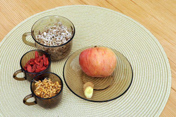 Десерт от лимец, годжи бери, слънчоглед и ябълка