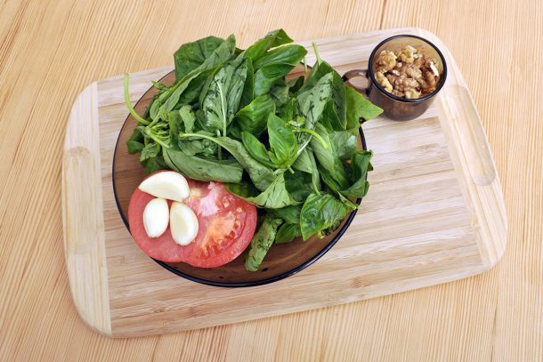 Песто от босилек, орехи, домат и чесън