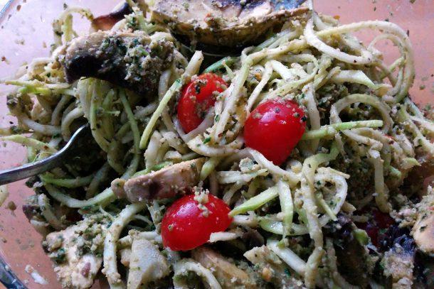 Спагети със семково песто, гъби и чери доматчета :-)