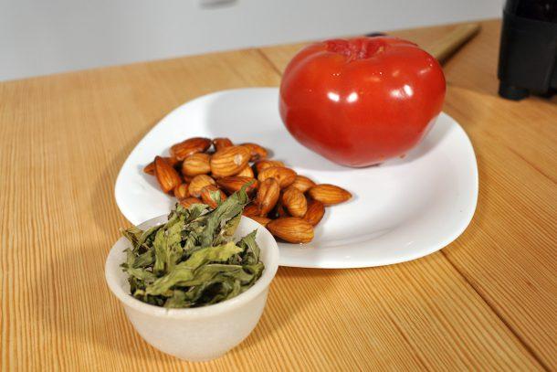 Сос от накиснати бадеми, домат и джоджен