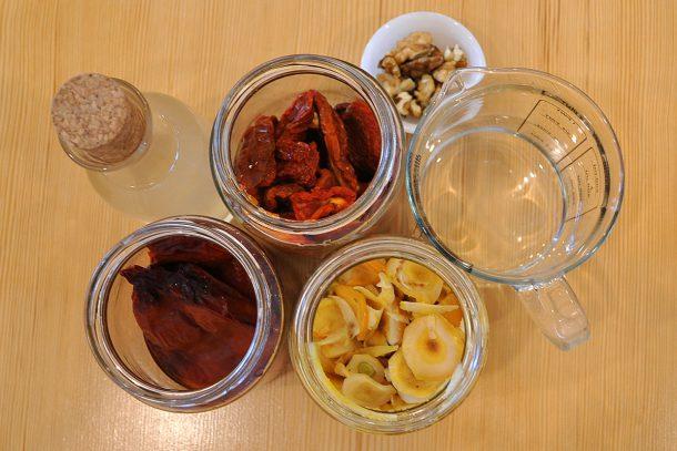 Лютеница от накиснати сушени зеленчуци и орехи